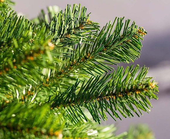 Ветки новогоднего искусственного дерева их ПВХ-пленки