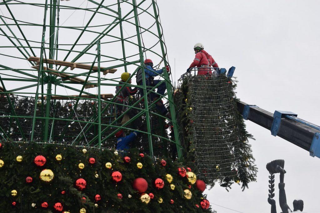 Пример установки каркасной искусственной ели на площади города
